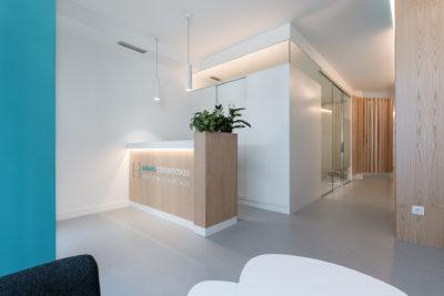Del diseño interior de la clínica dental de Sabela Casás también destaca la entrada por la frescura que transmite